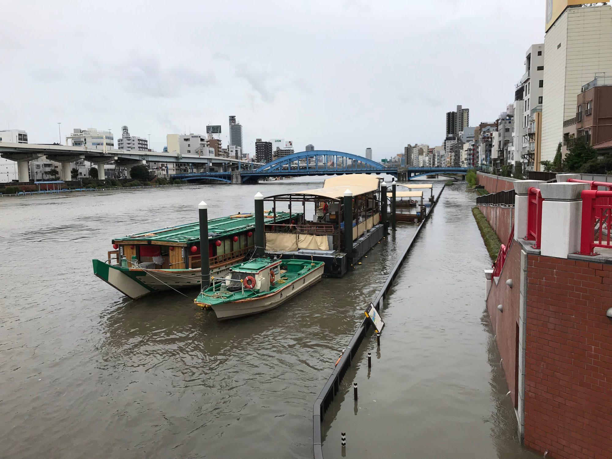 吾妻橋の上から増水する隅田川テラス
