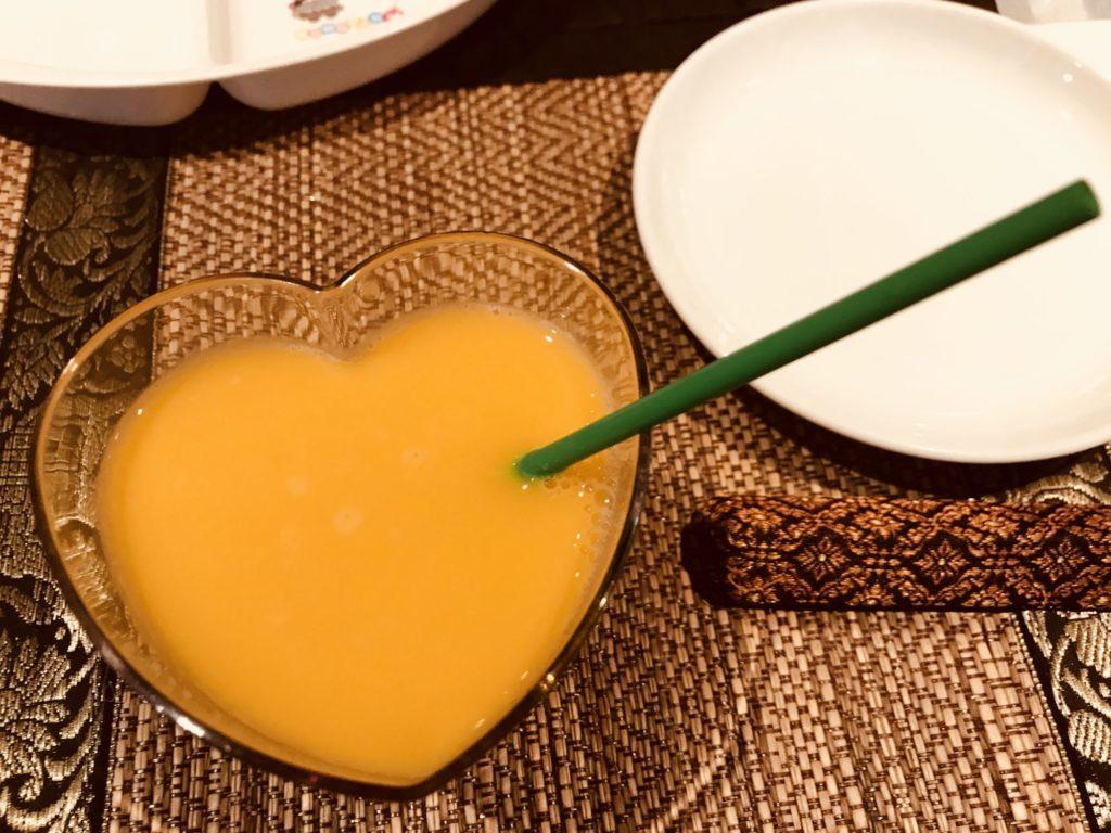 ハートのグラスに入ったオレンジジュース