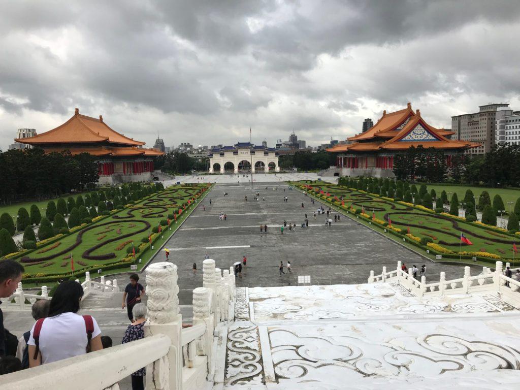 中正記念堂を石像側から見た風景