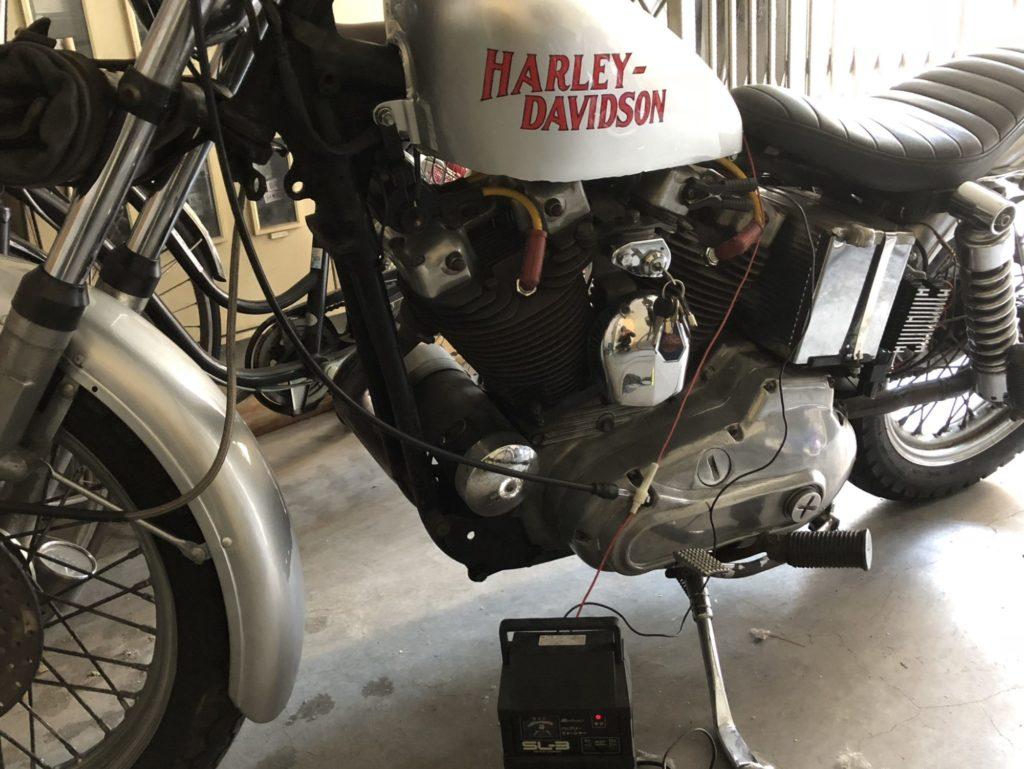 ハーレーのバッテリーを充電中