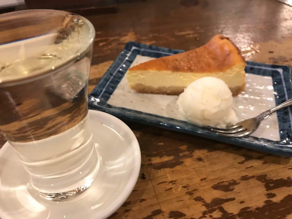 チーズケーキと日本酒