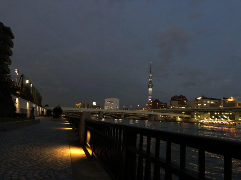 夜の隅田川テラスからスカイツリー