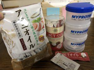 亜麻仁油、MCTオイル、プロテインタワーの写真