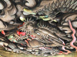 雷門の下に彫ってある龍